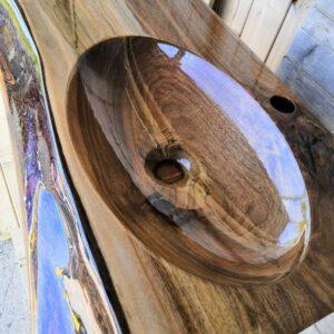 Atypické umývadlo z orechového dreva